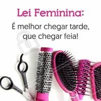 O importante é chegar linda! #PraCegoVer: Fundo branco com escovas e pentes pink embaixo e acima a seguinte frase: Lei feminina, é melhor chegar tarde que chegar feia!
