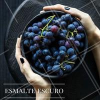 Esmalte escuro fica lindo em todas! Um tom puxado pro vinho fica lindo e dá um diferenciada do preto!