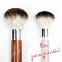 Pincéis para blush: Use-o com movimentos circulares sobre as maçãs, quando a intenção for conquistar um efeito mais suave. #Maquiagem #AmoMaquiagem #Ahazou