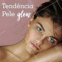 """A pele """"glow"""", ou seja, iluminada é tendência na maquiagem! O matte (sem brilho) ainda é preferência para algumas pessoas, mas não dá pra negar que a pele iluminada tomou conta e veio pra ficar em 2018! ✨ Como fazer? É só abusar da hidratação da pele e completar com o seu iluminador favorito, líquido ou em pó ;) #maquiagem #dicasdemaquiagem #ahazou #iluminador #peleglow"""