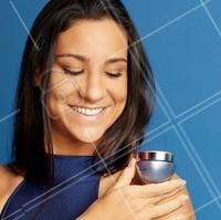 Renew Hydra é o novo hidratante da Avon que encapsulou o poder da água! E quem melhor que Joanna Maranhão para entender a importância da água para uma pele saudável, forte e hidratada, não é mesmo? Sua pele também merece sentir toda essa refrescância! #OPoderDaÁgua  #ahazouavon #renewhydra #pele #ahazou #hidratante #avon #PraCegoVer Vemos Joanna Maranhão com uma blusa azul marinho em frente a um fundo azul, de uma tonalidade um pouco mais clara. A nadadora está segurando um pote de Renew Hydra com a mão direita, que está apoiada em seu ombro esquerdo. Ela olha sorrindo para o hidratante.