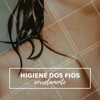 A saúde capilar depende muito da maneira como lavamos nosso cabelo e existem passos corretos a fazer no processo de higienização. Primeiramente, é importante conferir a temperatura da água, o recomendado é que ela esteja o menos quente possível. A quantidade de shampoo não precisa ser muita para limpar, o importante é fazer uma lavagem eficiente. Massageie o couro cabeludo com as pontas do dedos e não com as unhas. E por fim, enxague até remover todo o resíduo, muitas pessoas não enxaguam o cabelo direito e por isso acabam ficando com os fios oleosos mais rapidamente! Siga esses passos e verá uma melhora imediata na saúde dos fios. #lave #corretamente #ahazou #cuidadoscapilares #lavagemcapilar