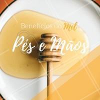 Você sabia que o mel pode salvar seus pés e suas mãos de rachaduras e ressecamentos? É simples. Misture mel a uma colher de chá de azeite de oliva ou de coco. Envolva a região com a mistura e enluve por 15 minutos. Depois enxague com água fria e desfrute de mãos e pés macios e saudáveis! #beneficiosdomel #ahazou #ahazoupodologia #mel #dicas