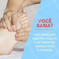 Pressionar os pés com os dedos das mãos facilita o retorno do sangue para o coração. O ideal é reservar pelo menos 15 minutos por dia para a prática, que pode ser complementada com óleos.   #massagem #ahazoumassagem #massoterapia #massagemnospés