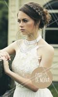 O cabelo preso fica lindo em todas as noivas. Prático e elegante ele ressalta a beleza da mulher. O coque despojado com trança está em alta e deixa o look moderno. #penteado #ahazou #noivas #mulher #festa