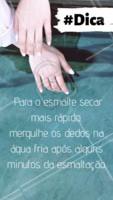 A água ajuda na hora de secar o esmalte e também evita a formação de bolinhas. Basta molhar suavemente os dedos na torneira. 💅🏻 #manicure #ahazou #esmalte #dicas #secagem