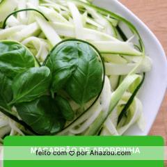 Vocês já experimentaram o macarrão de abobrinha? São abobrinhas cozidas, cortadas em tirinhas, como se fosse um espaguete. É mais saudável, fitness, fácil de fazer, e fica uma DELÍCIA com qualquer combinação de molho. #macarrao #abobrinha #receitas #ahazou #gastronomia #alimentacao #delicia #fitness #saudavel #healthfood