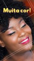 Muitas pessoas têm medo de ousar nas cores e acabam ficando com o pretinho básico, mas com o toque certo, podemos ousar e inovar no visual sem sair do clássico! Por isso abuse e não tenha medo das cores  #maquiagemcolorida #ahazou #maquiagem #ouseousar