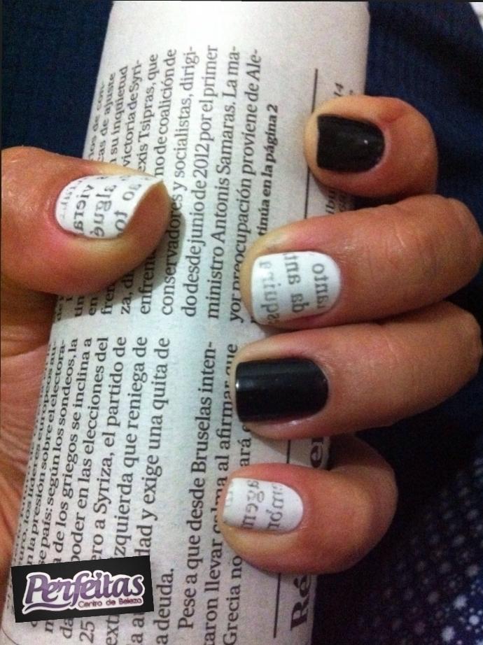 Nails Jornal!  Primeiro pinte de branco as unhas que serão de jornal; (duas demãos)- Segundo, espere secar e recorte o jornal- Terceiro, aplique a parte escrita do jornal na unha e pressione com um algodão e álcool- Quarto, retire após 10 segundos e finalize com um extra brilho! nail art, jornal unhas  cabeleireiro(a) cabeleireiro(a)