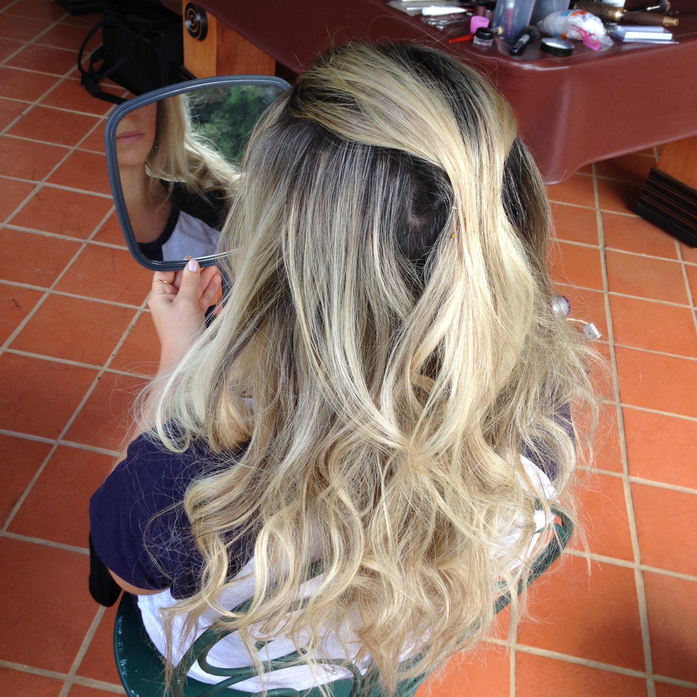 Meio Solto com cachos naturais loiro, luzes, penteado cabelo cabeleireiro(a) maquiador(a) designer de sobrancelhas esteticista