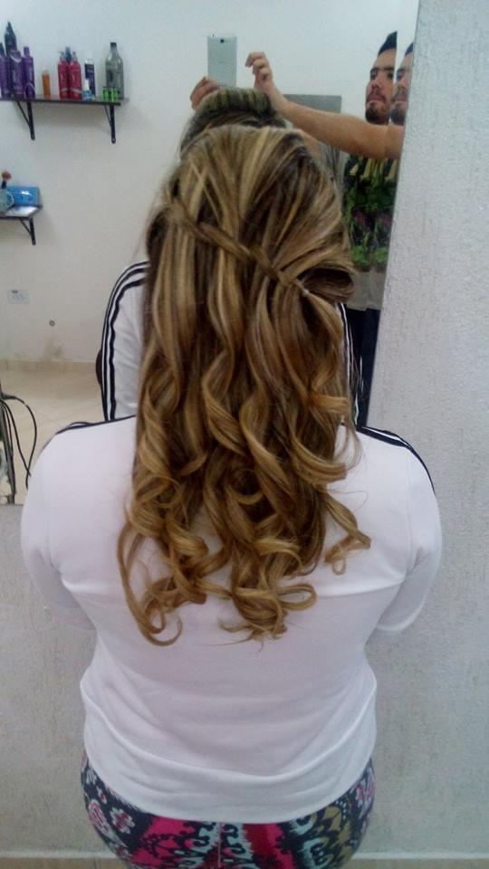 Trança com cachos penteado, trança diagonal cabeleireiro(a) maquiador(a) designer de sobrancelhas esteticista