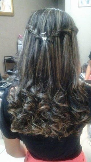 Penteado solto A cliente queria usar o cabelo solto, mas não queria uma simples escova. Então enrolamos as pontas  e fiz duas delicadas trancas o q deu ao look um ar mais princesa.  cabeleireiro(a) maquiador(a)