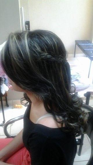 Solto Aqui esta a lateral do penteado anterior. A franja da um ar mais moderno ao ser apenas jogada de lado.  cabelo cabeleireiro(a) maquiador(a)