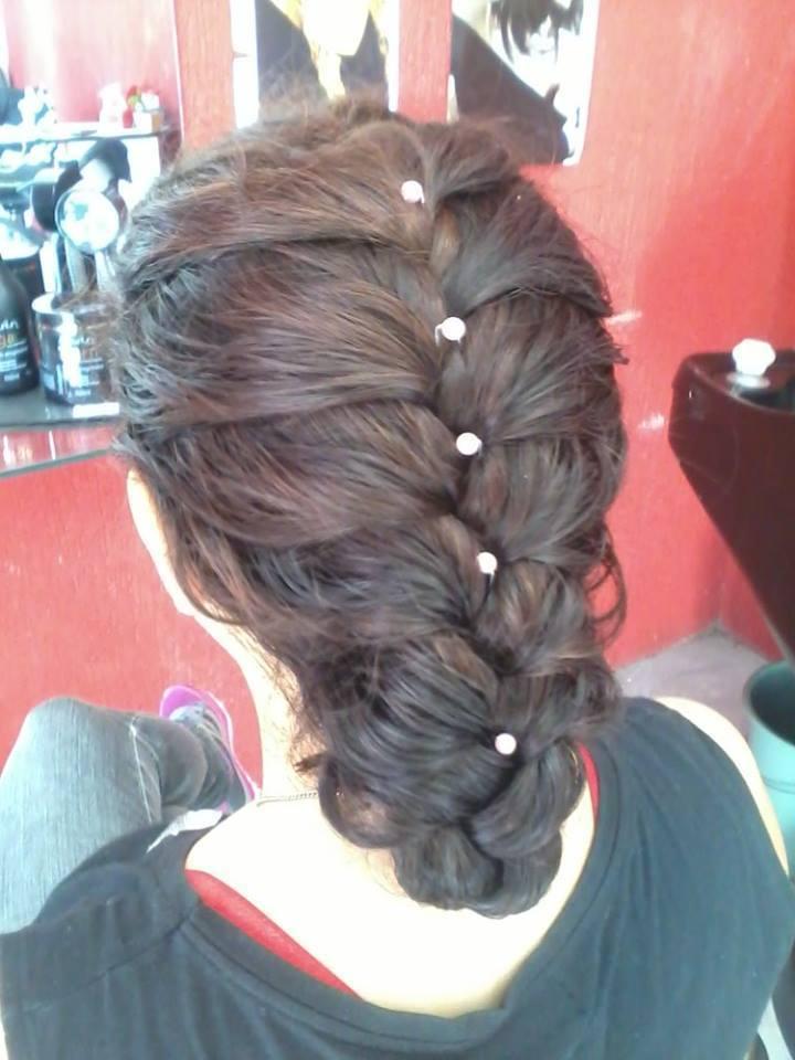 Trança embutida ?/om pérolas penteado preso, trança cabeleireiro(a)
