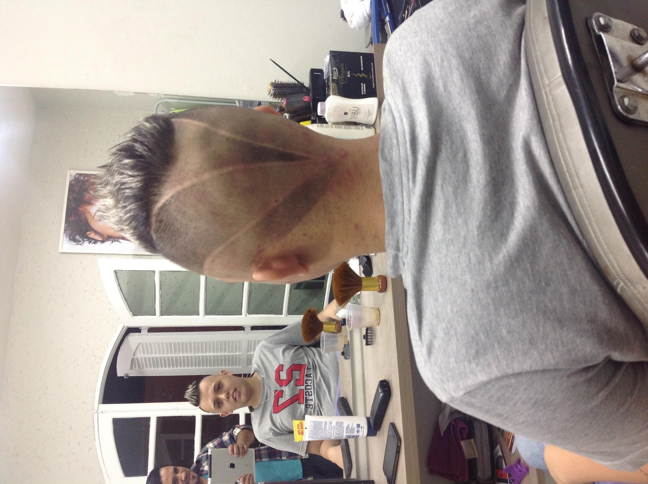 Corte 3d distribua os riscos na direção desejada e alterne o sombreado intercalando com a próxima faixa riscada. Corte masculino cabelo  cabeleireiro(a) barbeiro(a) designer de sobrancelhas gerente administrativo maquiador(a) stylist visagista