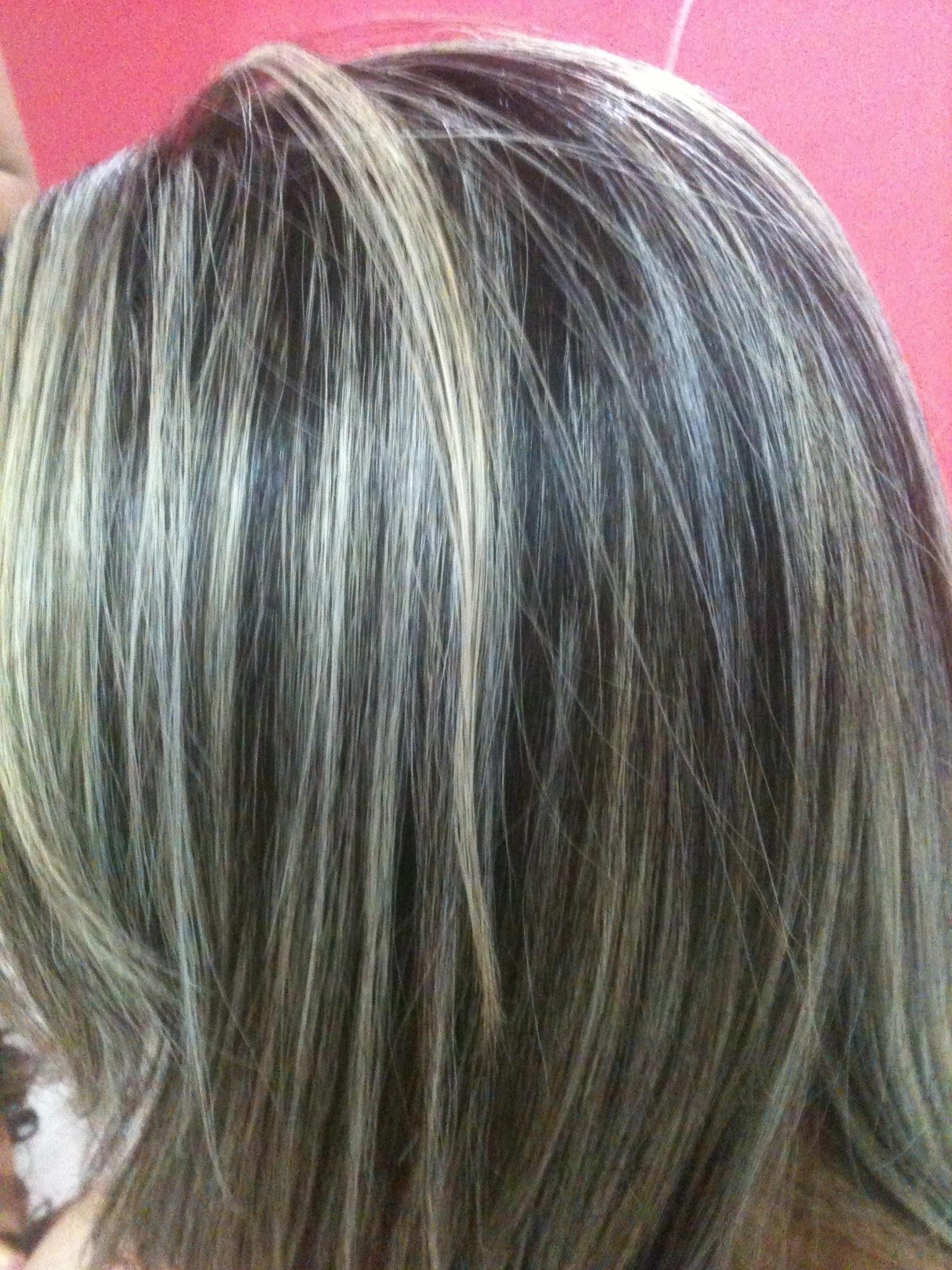 Luzes.. Feito no papel aluminio,procedimento normal de descolorimento em um cabelo castanho medio,depois do clareamento,tonalizando com 10.89 perolado. auxiliar cabeleireiro(a) maquiador(a)