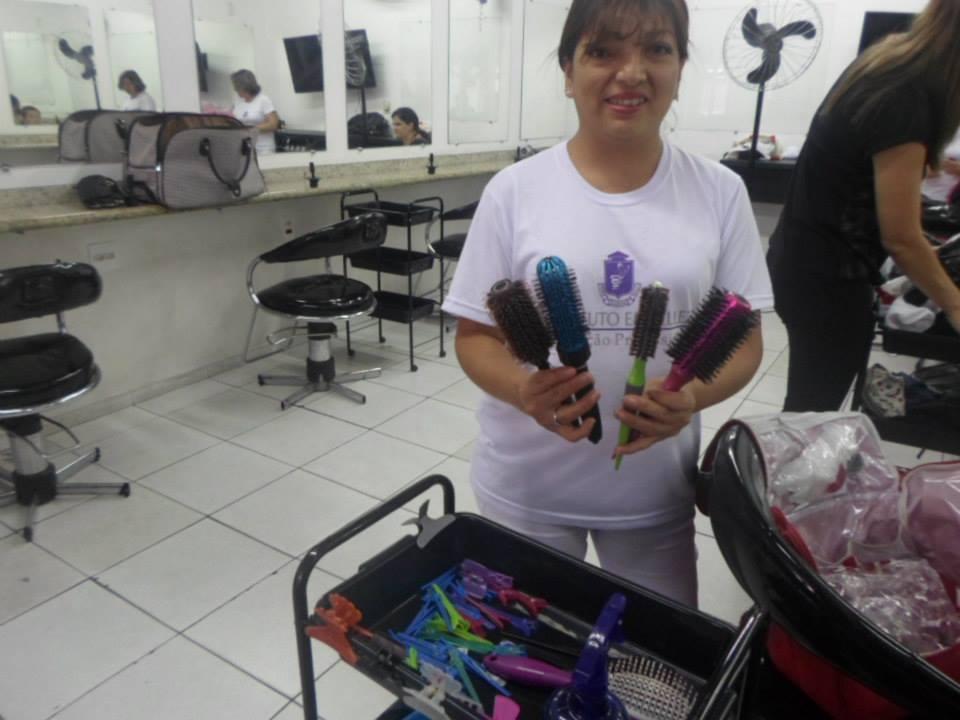 entre escovas & tesouras foto tirada na rotina de treinamento no instituto Embelleze. cabeleireiro(a) manicure e pedicure designer de sobrancelhas