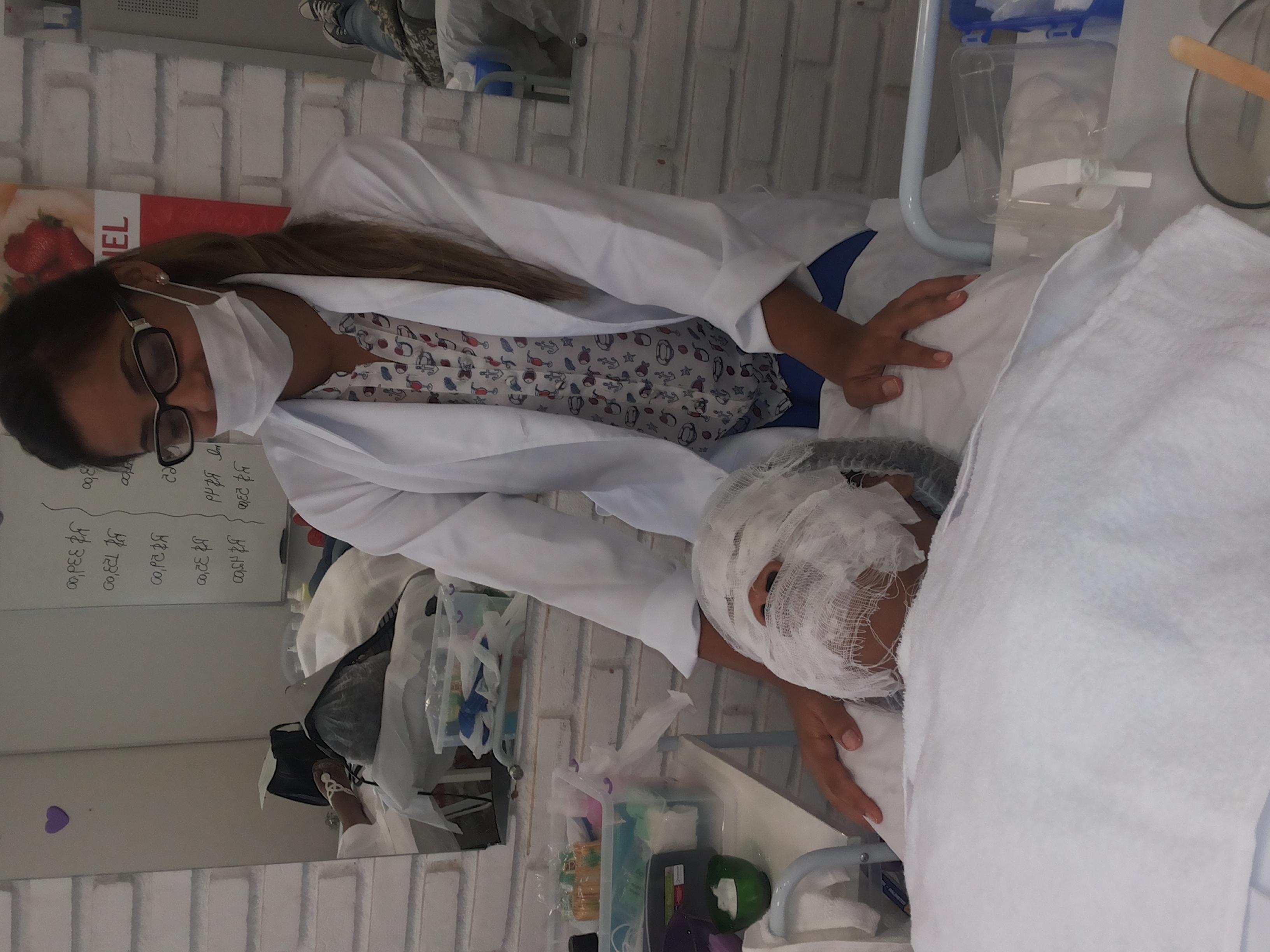 aula de limpeza de pele estudante