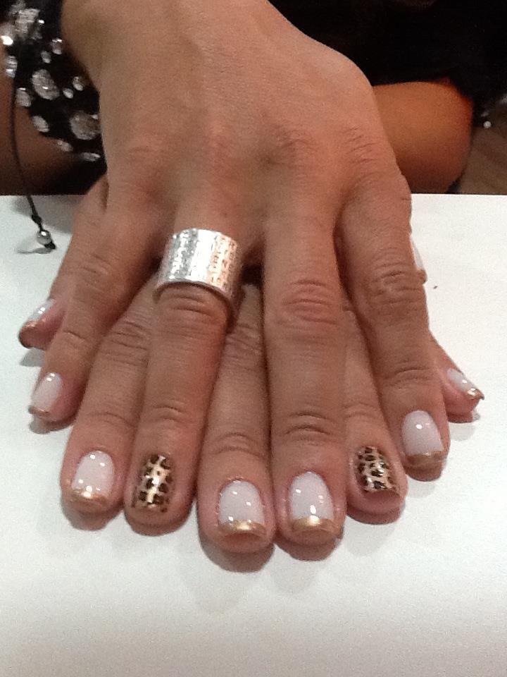 Inglesinha com animal print em dourado manicure e pedicure