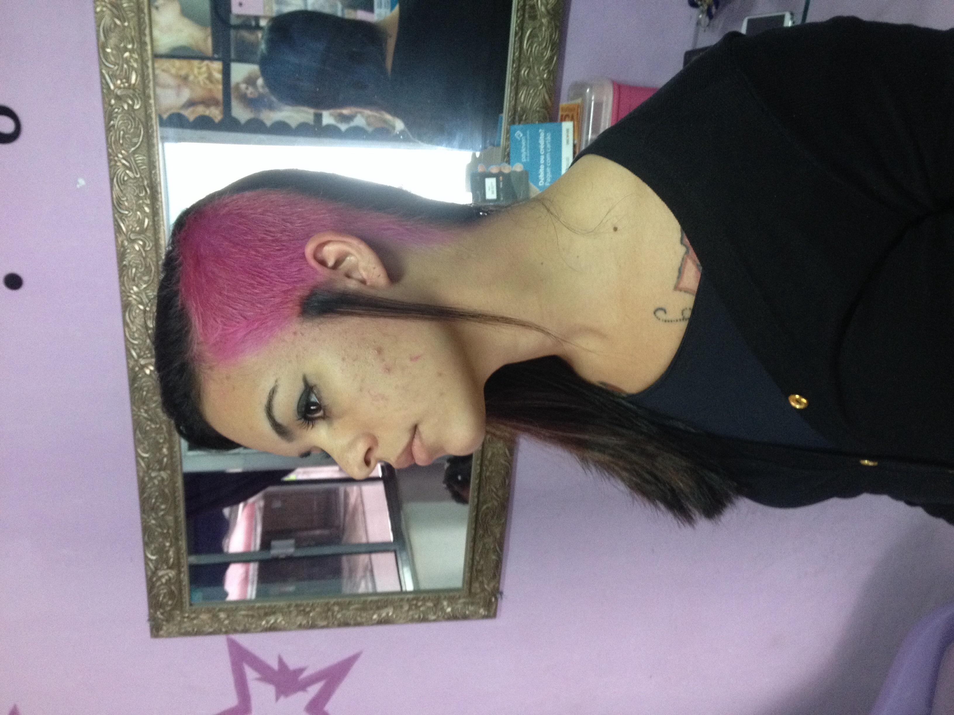 Sidecut Cabelos raspado na lateral esquerda , descolorido e pigmentado com  tonalizante rosa  cabeleireiro(a)