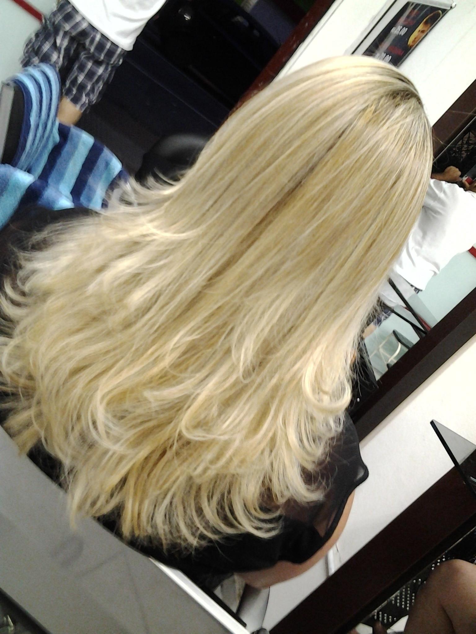 Loiro.  cabelo  cabeleireiro(a) massoterapeuta barbeiro(a) aromaterapeuta depilador(a) designer de sobrancelhas esteticista massagista stylist terapeuta visagista docente / professor(a) supervisor(a)