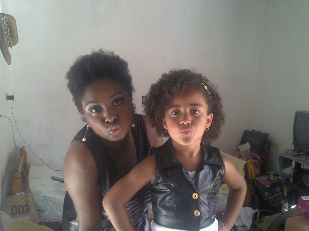 Cortes  Eu com um corte estilo moicano e cliente infantil com um black em camadas com base curta e arredondada. cabeleireiro(a)