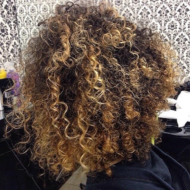 Luzes e corte cabelo cacheado cabelo maquiador(a) cabeleireiro(a) designer de sobrancelhas empresário(a) / dono de negócio micropigmentador(a)