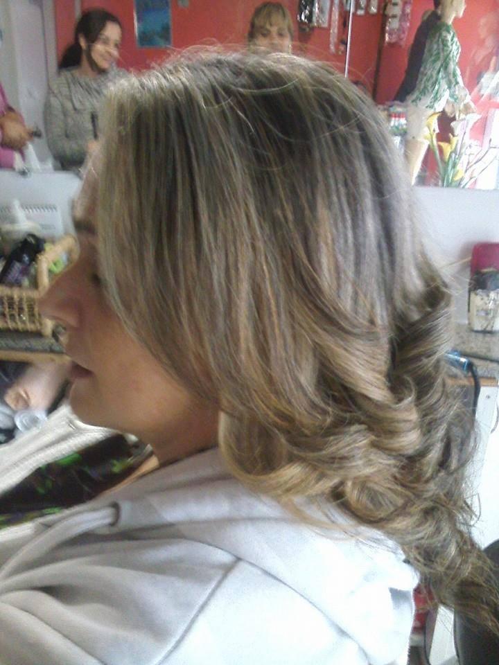 luzes um cabelo castanho com luzes acinzentadas cabeleireiro(a)
