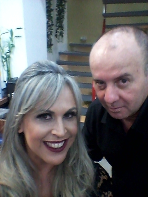 Penteado Brgit Bardot / make-up  Iriçar em forma de bola na nuca superior, babyliss lateral com memorizador de cachos. cabeleireiro(a) barbeiro(a) maquiador(a) designer de sobrancelhas depilador(a)