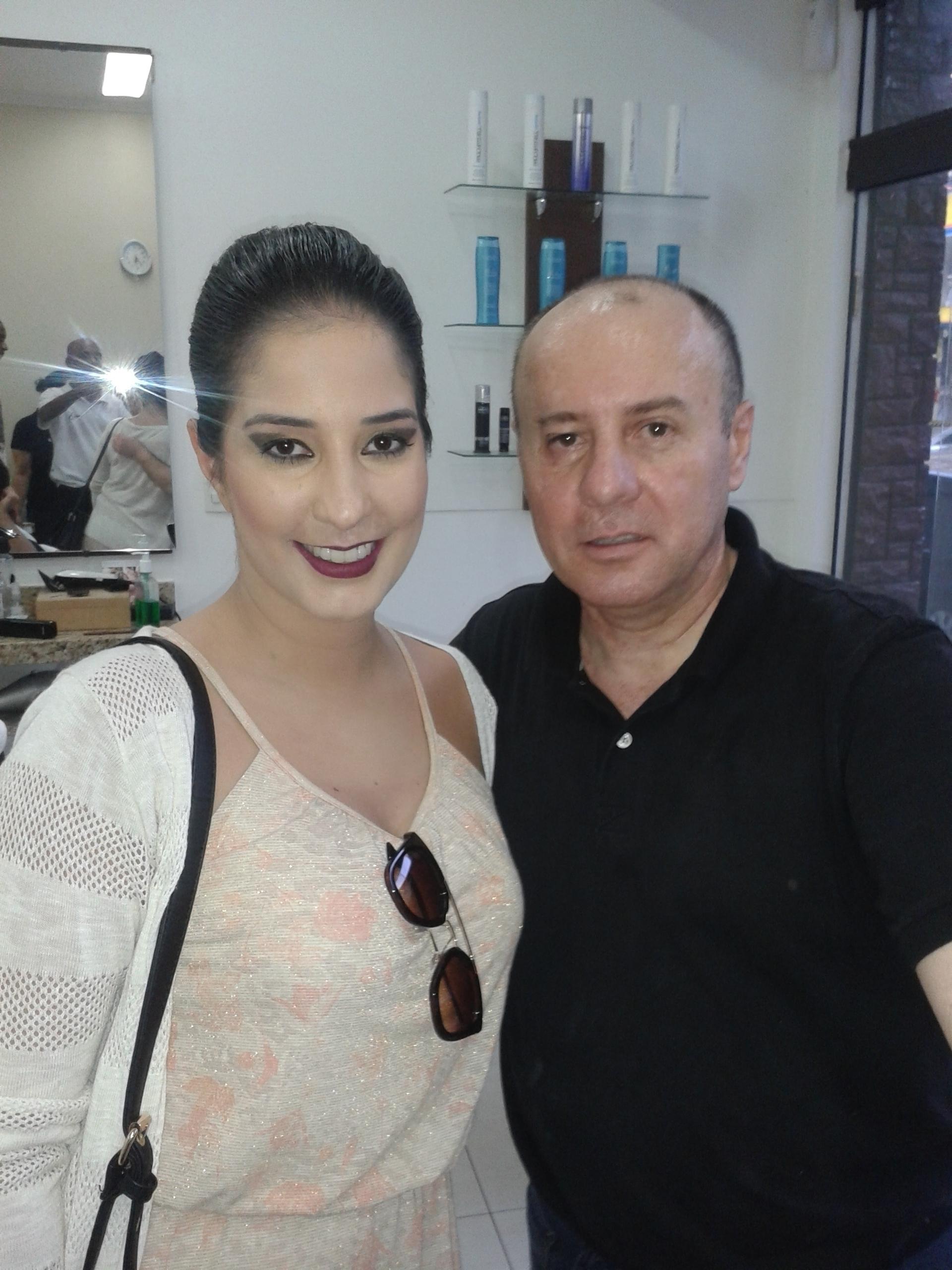 Penteado preso e Make-up Coque banana. cabeleireiro(a) barbeiro(a) maquiador(a) designer de sobrancelhas depilador(a)