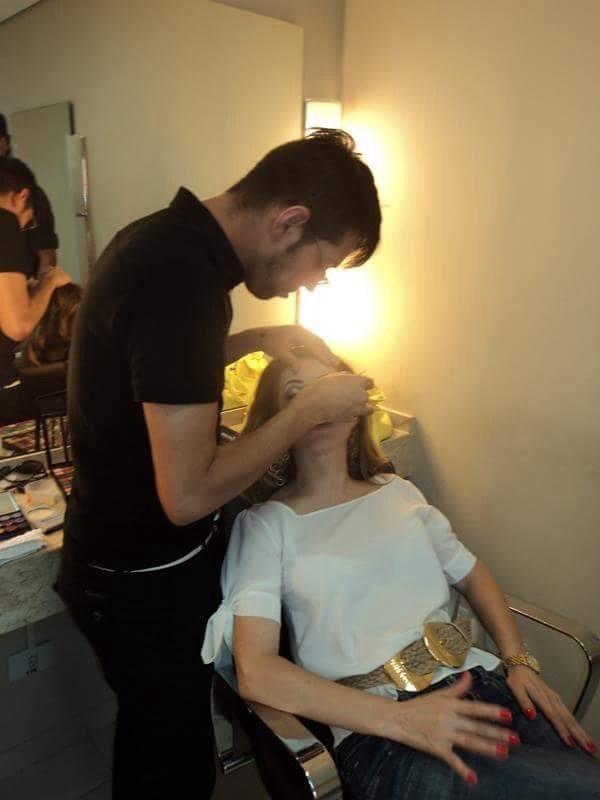 Trabalhando... cabeleireiro(a) maquiador(a)
