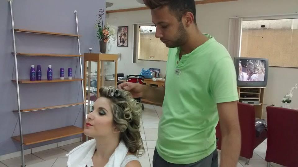 By juninho finalizando penteado! cabeleireiro(a) maquiador(a)