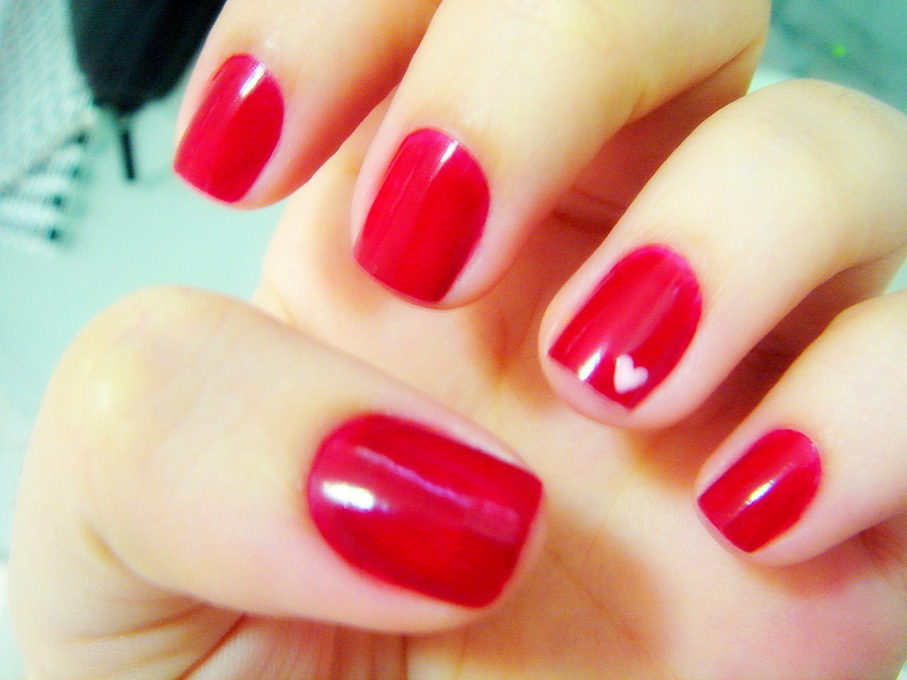 """Unhas de uma cliente   corte das unhas das mãos, polimento, retirada da cutícula, esmaltagem, aplicação de """"base"""" nas unhas, aplicação de cremes e esfoliantes.  vermelho  unhas  manicure e pedicure depilador(a) esteticista"""