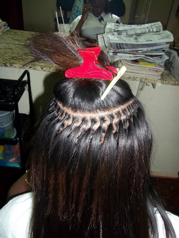 alomgamento de cabelo Um trabalho demorado que leva de 4 a 8 horas. O cabelo e dividido em 3, começando pela nuca,separando pequenas mechas de cabelo da cliente e juntando a outra de cabelo e amarando as duas de modo que fique firme,segura e que principalmente cause a menor dor possivel a ela. cabeleireiro(a)