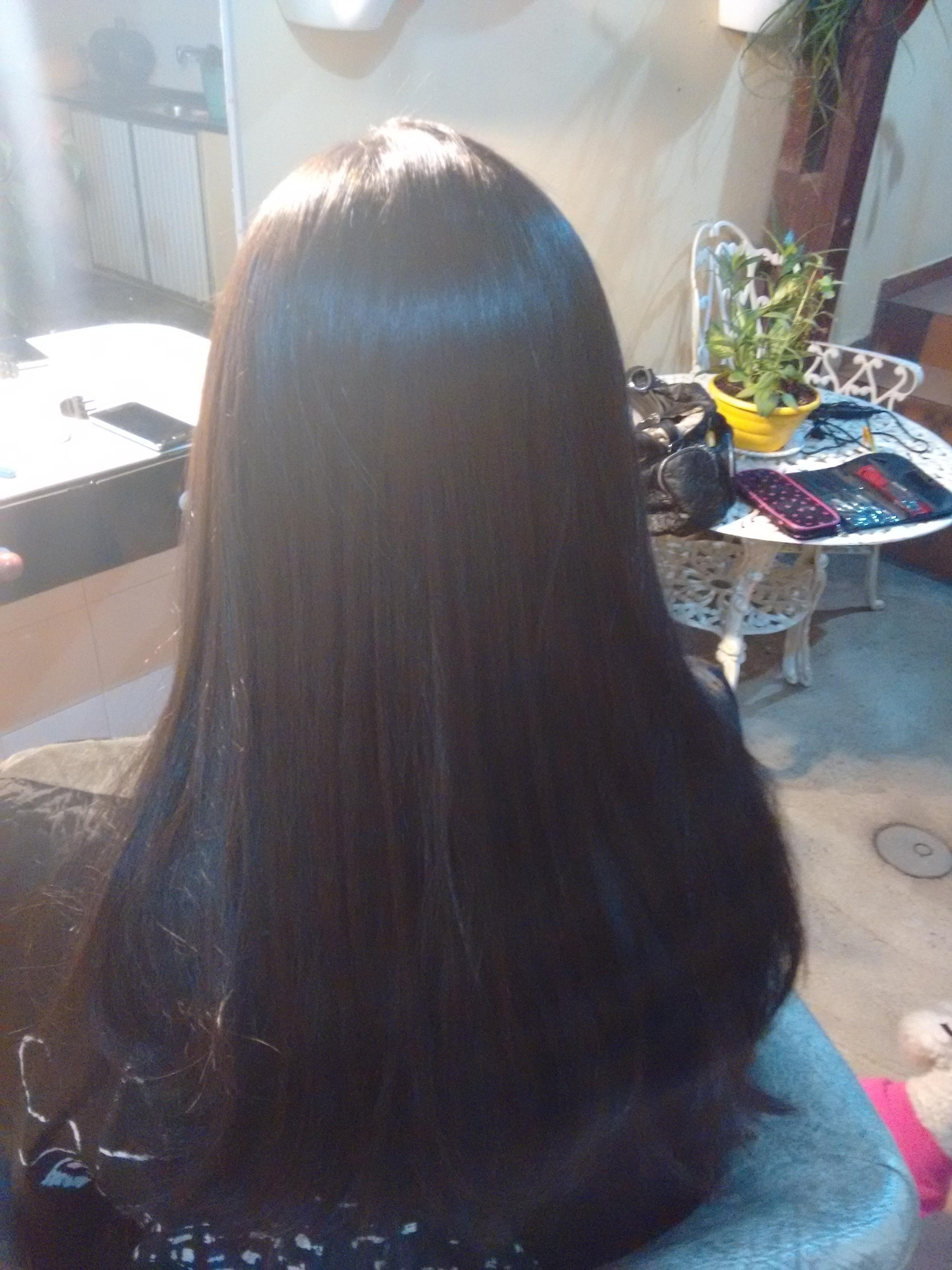 Progressiva cabelo longo afro Lavamos com shampoo limpeza profunda ate abrir as cutículas do cabelo, secar 100% do cabelo, separar o cabelo e passar o produto mecha mecha desde a raiz as pontas, depois espero uns 15 à 20 minutos e comece a secar o cabelo escovando para ficar na forma lisa. Depois dele todo seco passar a prancha (chapinha) mecha a mecha. Pranchar cada mecha mais ou menos umas 20 vezes para um bom resultado. Se a cliente preferir lave o cabelo depois de uns minutos e passe o neutralizante. Se não deixe ir e lave em casa.  cabeleireiro(a)