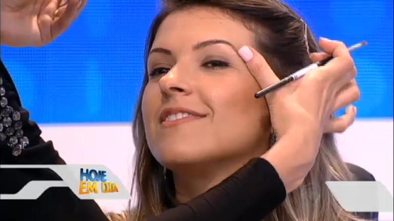Como modelo da Super Makeup Artist Simone Tinelli - Programa Hoje em dia. Design de sobrancelhas com sombra.