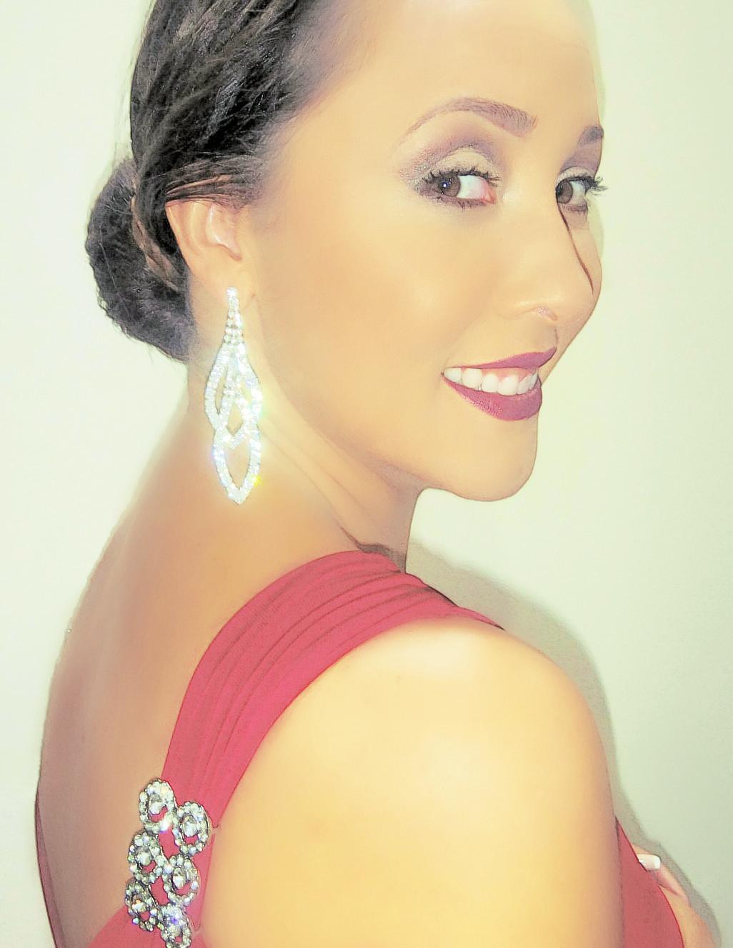 Andreza Fisher Divando como madrinha em festa de casamento.