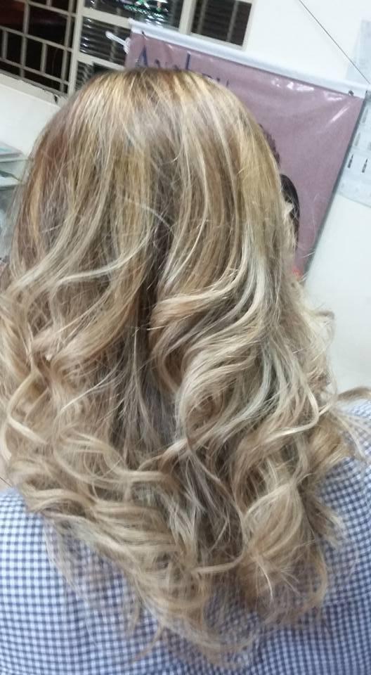 Ombré Hair pele clara Raiz mais escuras e pontas mais destacadas, com tom pérola dourado.  Cor marcante e ao mesmo tempo natural, super tendência!   cabeleireiro(a)