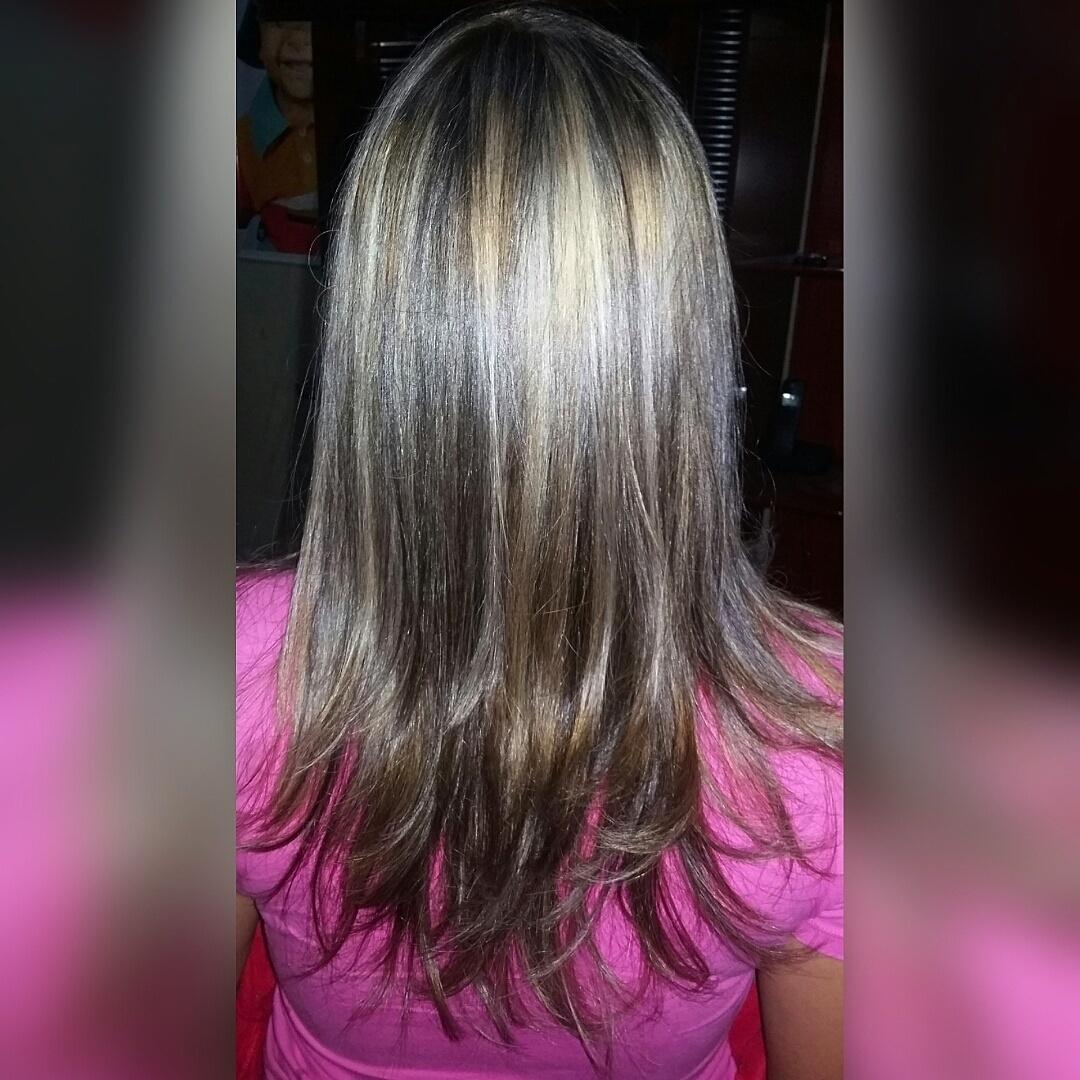 Ombré Hair em pele morena. Para combinar mais com o tom de pele moreno da cliente, foi-se usado uma cor mais suave e mechas menos marcantes, super natural e com brilho e balanço! cabeleireiro(a)