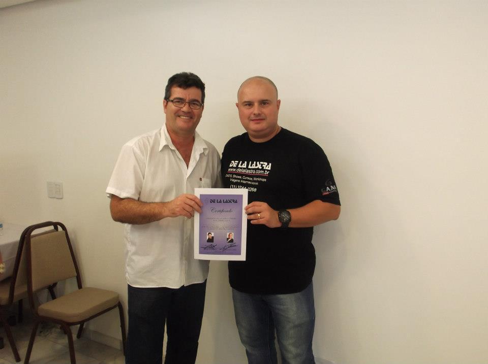 paulo tramazoli recebendo o certificado pela conclusão do curso de aperfeiçoamento  de la lastra em 2013 em sao paulo pelo melhor cabeleiro do brasil e exterior. Rafael de la lastra cabeleireiro(a) empresário(a) / dono de negócio esteticista