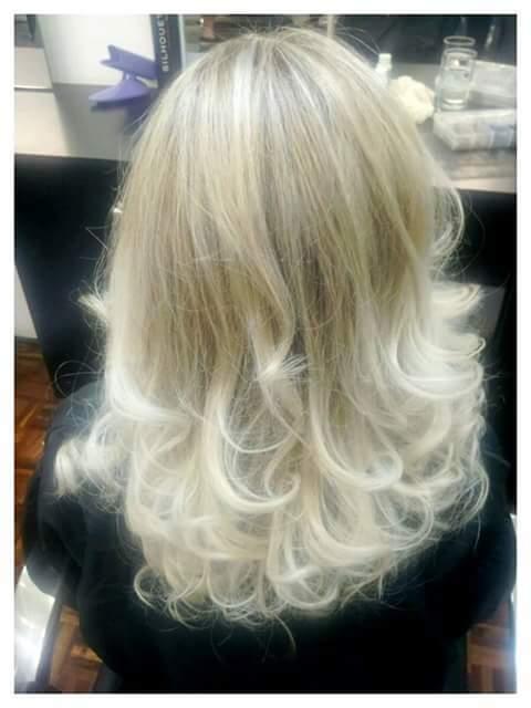 Blond cabeleireiro(a) maquiador(a) designer de sobrancelhas