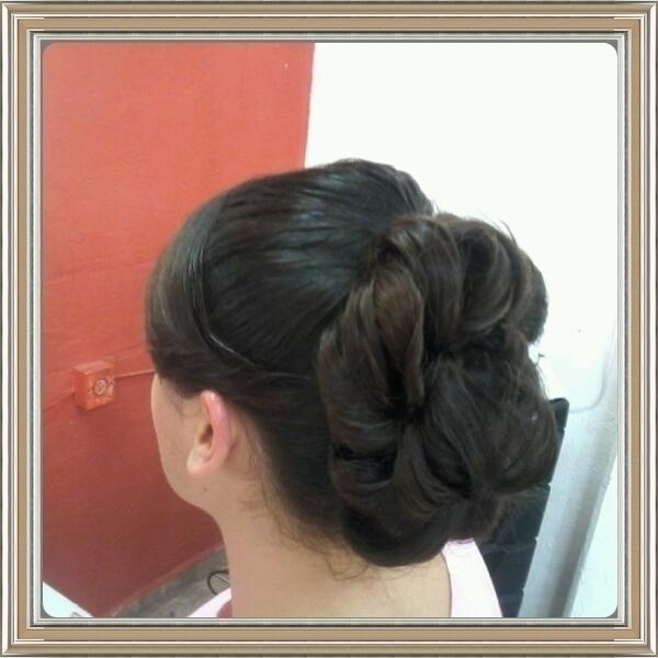 penteado Foi feito uma escova uns cchos e preso pra uma adrinha cabeleireiro(a)