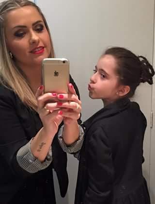 Make festa 15 anos Cliente pediu uma trança lateral e maquiagem em dourado e preto. criança com coque de tranças. esteticista maquiador(a) designer de sobrancelhas