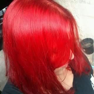 Coloração Fantasia Cabelo anteriormente castanho claro. Foi feito limpeza de cor até o tom 8, aproximadamente, em seguida colorido com 8.66 acrescido de intensificador RED.   cabeleireiro(a) auxiliar cabeleireiro(a)