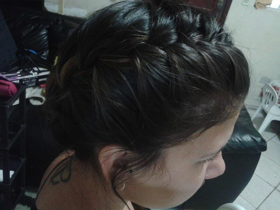 Penteados com trança tanto os reflexos no cabelo da modelo quanto o penteado foram feitos por mim. Adoro penteados com trança, super fácil e elegante, precisamos apenas ser criativas. cabelo auxiliar cabeleireiro(a) recepcionista atendente