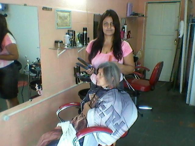 cabeleireiro(a) assistente maquiador(a) atendente escovista recepcionista