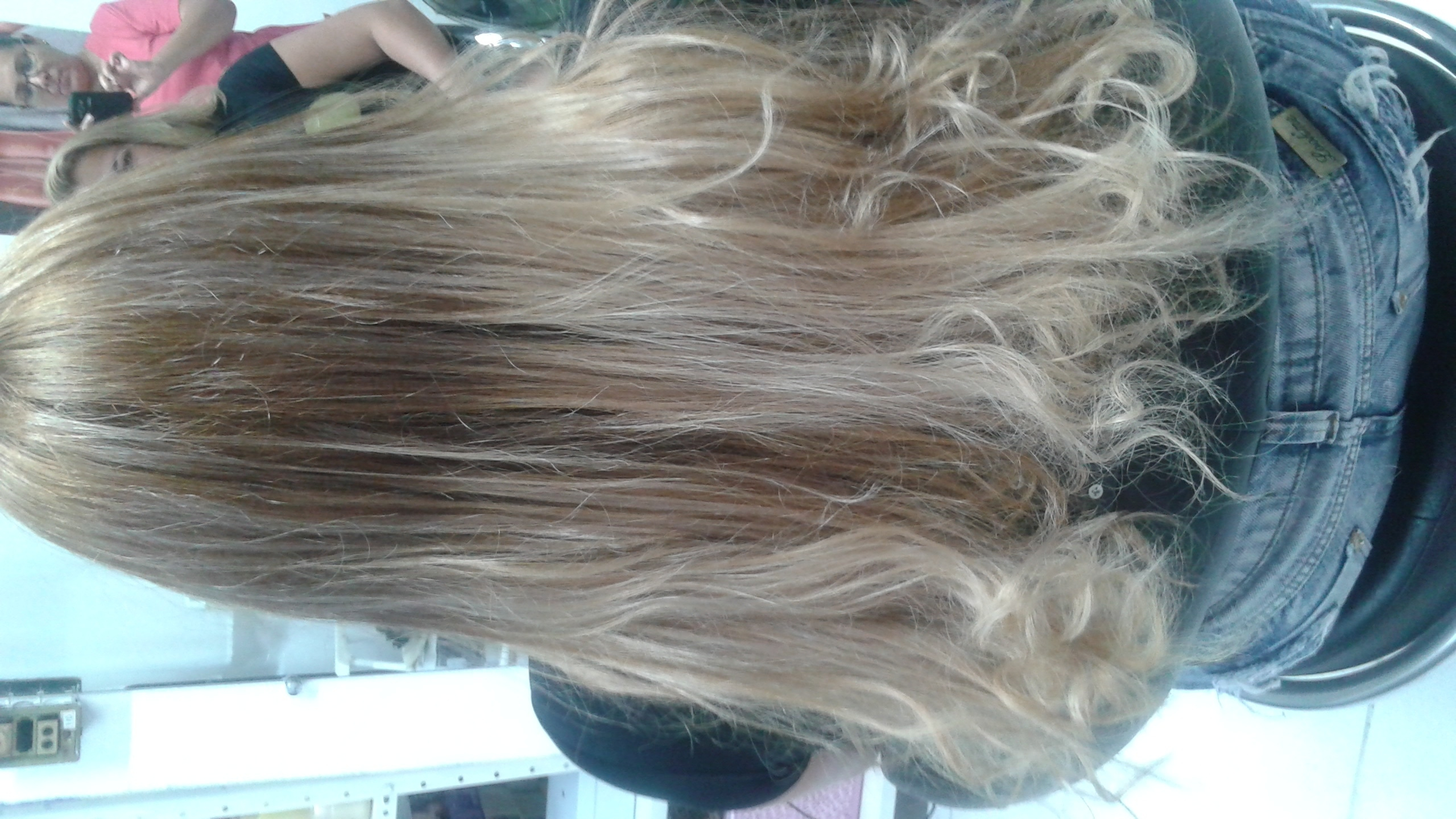 Recuperação instantanea dos fios ... O cabelo encontrava-se bem danificado devido a muitas descolorações , foi realizado uma Recuperação Instantanea e em seguida uma aplicação a laser e um banho de brilho , para começar a recuperar de vez esse cabelo. consultor(a) em negócios de beleza