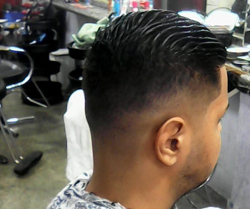 corte degrade repare que na nuca do cliente exite três linhas,uma linha clara,média e uma mais escura. cabeleireiro(a)