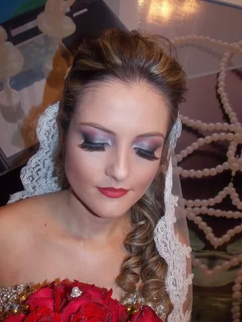 Maquiagem de noiva Maquiagem colorida com tons de prata, rosa e preto e batom vermelho. maquiagem maquiador(a) designer de sobrancelhas auxiliar cabeleireiro(a)