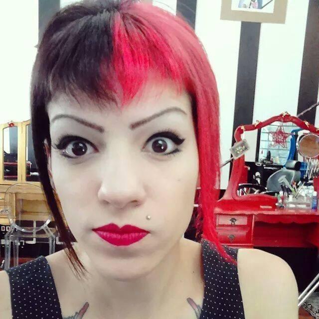cor fantasia  um lado do cabelo todo foi descolorido duas vezes e pre pigmentado com kera tom auxiliar cabeleireiro(a) depilador(a) designer de sobrancelhas manicure e pedicure cabeleireiro(a) escovista recepcionista